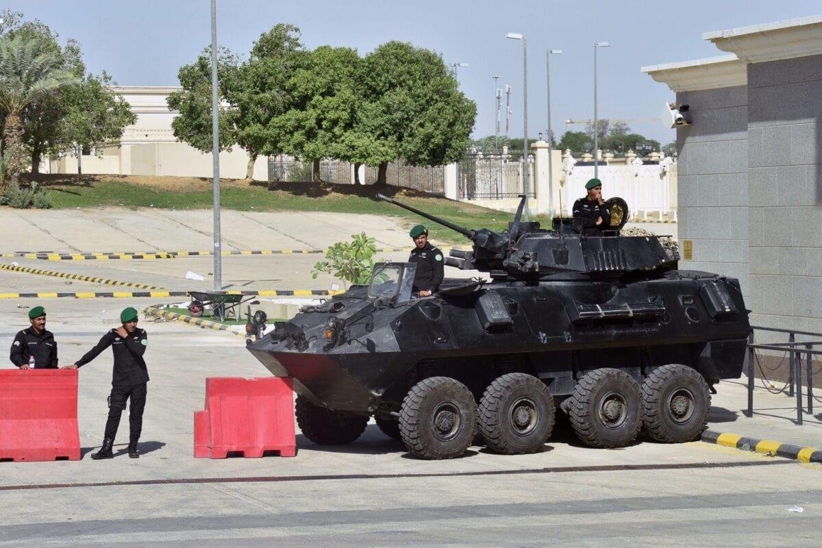 Soldados sauditas em veículos blindados guardam a entrada do Palácio Diriya, em Riad, capital da Arábia Saudita, durante cúpula do Conselho de Cooperação do Golfo (CCG), em 9 de dezembro de 2018 [Fayez Nureldine/AFP/Getty Images]