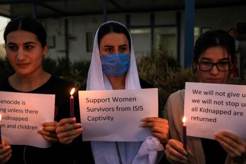 Yazidis iraquianas participam de uma vigília à luz de velas na área de Sharya, em 3 de agosto de 2020, marcando o sexto aniversário do ataque de Daesh à comunidade yazidi [SAFIN HAMED/AFP via Getty Images]