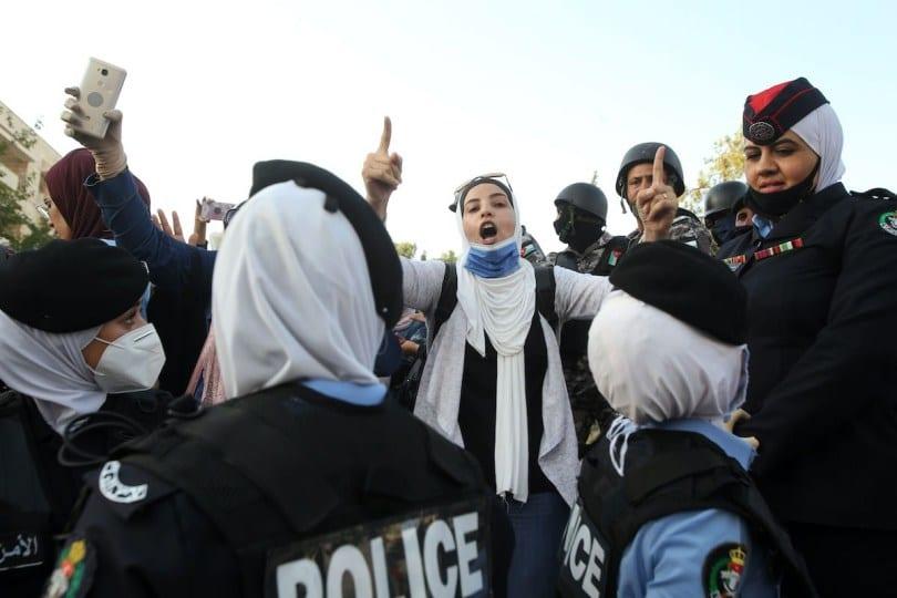 A polícia jordaniana fecha as ruas atingindo a área do gabinete do primeiro-ministro em 29 de julho de 2020 em Amã, Jordânia [Jordan PIx/ Getty Images]