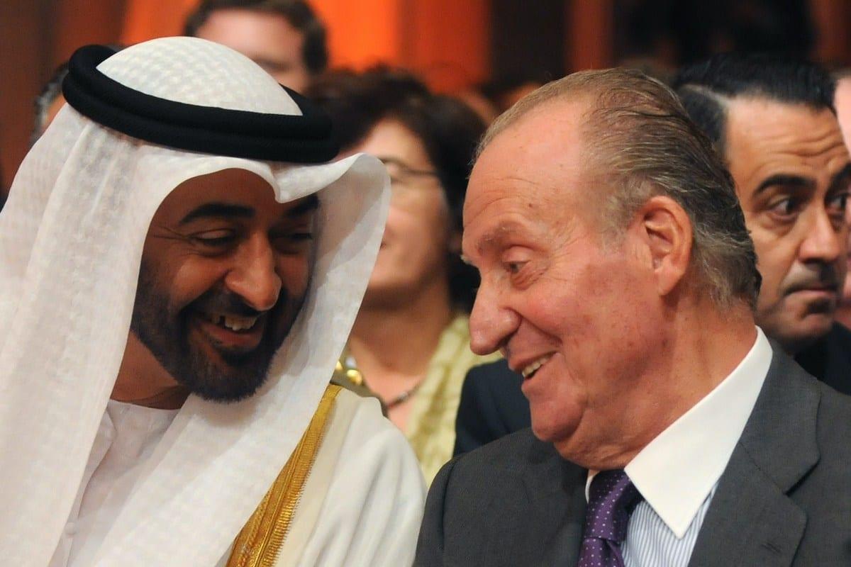 O príncipe herdeiro de Abu Dhabi, Sheikh Mohammed bin Zayed Al Nahyan (esq.), fala com o rei espanhol Juan Carlos (dir.) durante a inauguração da usina termasolar da Torresol Energy Gemasolar em Fuentes de Andalucia, perto de Sevilha, no sul da Espanha, em 4 de outubro de 2011. [Cristia Quicler/ AFP via Getty Images]