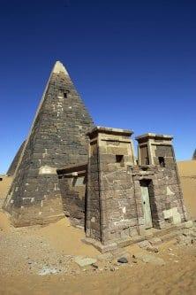 Sítio arqueológico de Meroe, 240 quilômetros norte de Cartum [Gianluigi Guercia/AFP/Getty Images]
