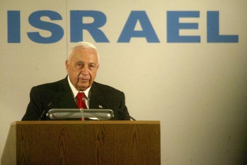 Então Primeiro-Ministro de Israel Ariel Sharon acolhe imigrantes judeus da França, ao chegarem no Aeroporto Ben Gurion, perto de Tel Aviv, em 28 de julho de 2004 [Uriel Sinai/Getty Images]