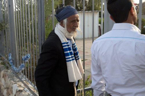 Um idoso judeu iemenita chega a um centro de imigração na cidade israelense de Beersheba em 21 de março de 2016 após uma operação de resgate secreta para evacuar um grupo de 19 judeus do Iêmen devastado pela guerra para Israel. [Menahem ahana/ AFP via Getty Images]
