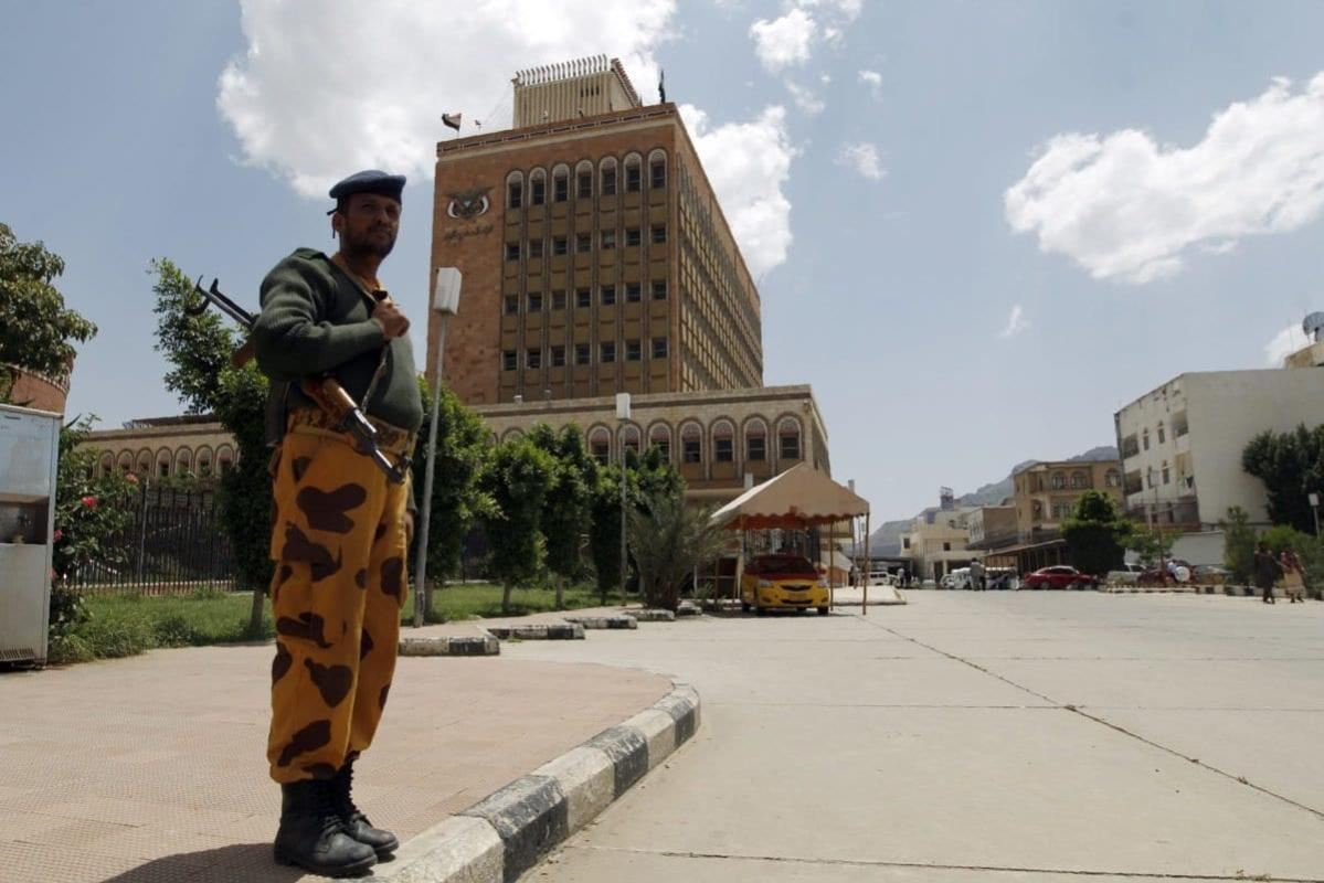 Policial iemenita em frente ao edifício do Banco Central do Iêmen, na capital Sanaa, 25 de agosto de 2016 [Mohammed Huwais/AFP/Getty Images]