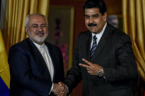 O presidente da Venezuela, Nicolas Maduro (D) e o ministro das Relações Exteriores iraniano, Mohammad Javad Zarif, reuniram-se em Caracas, 27 de agosto de 2016. [JUAN BARRETO / AFP via Getty Images]