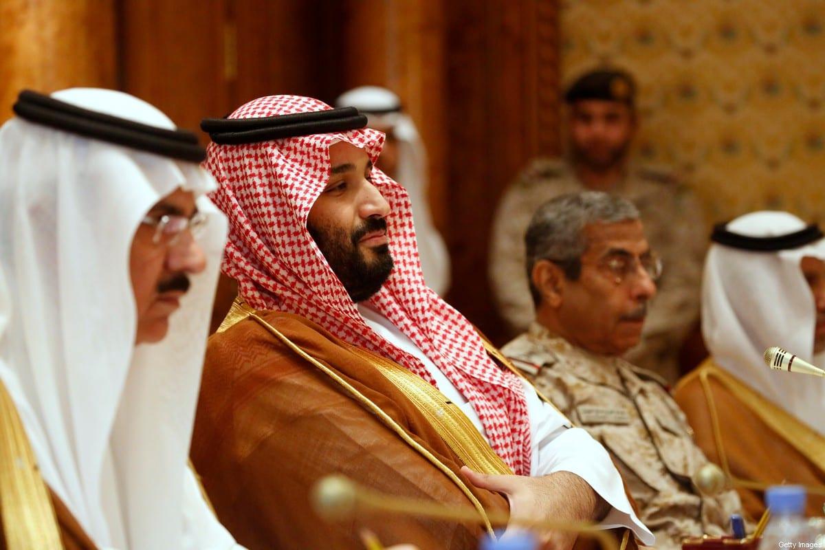 Vice-príncipe herdeiro da Arábia Saudita, Mohammed bin Salman (C) participa de uma reunião com o Secretário de Defesa dos EUA e Adjunto do Conselheiro de Segurança Nacional da Casa Branca em Riade, em 19 de abril de 2017 [Jonathan Ernst/ AFP via Getty Images]
