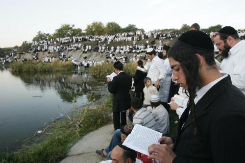 Milhares de judeus ultraortodoxos reúnem-se nas margem do lago próximo à tumba do rabino Nachman de Breslov, patrono do judaísmo hassídico, em Uman, Ucrânia, 24 de setembro de 2006 [Menahem Kahana/AFP/Getty Images]