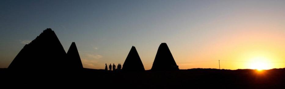 As pirâmides reais a norte de Cartum, construídas na Núbia, cerca de 800 anos após a edificação da última pirâmide egípcia [Khaled Desouki/AFP/Getty Images]