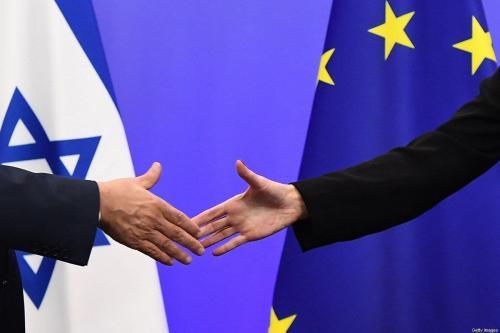 Primeiro-Ministro de Israel Benjamin Netanyahu e Federica Mogherini, líder de política externa da União Europeia, apertam as mãos durante coletiva de imprensa no Conselho Europeu, em Bruxelas, Bélgica, 11 de dezembro de 2017 [Emmanuel Dunand/AFP/Getty Images]