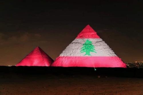 As pirâmides do Egito foram iluminadas com a bandeira libanesa em solidariedade pela explosão em Beirute, Líbano, em 4 de agosto de 2020 [mahaassar/ Twitter]