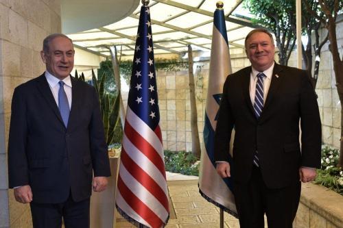 O secretário de Estado dos EUA, Mike Pompeo (dir.), se reúne com o primeiro-ministro israelense Benjamin Netanyahu (esq.) depois de viajar para o exterior pela primeira vez em meio à nova pandemia de coronavírus. Em Jerusalém Ocidental, em 13 de maio de 2020. [Kobi Gideon / GPO / Folheto - Agência Anadolu]