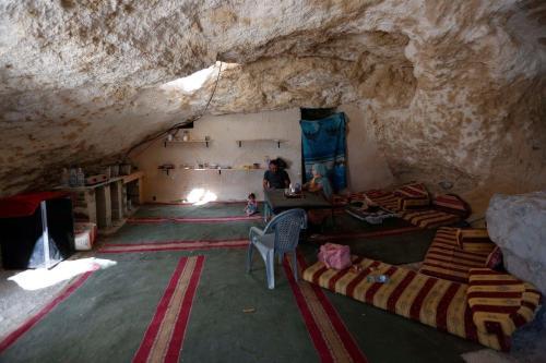 Cidadão palestino Ahmed Amarneh em sua residência esculpida na caverna, na aldeia de Farasin, Cisjordânia ocupada, 11 de agosto de 2020 [Shadi Jarar'ah/Apaimages]