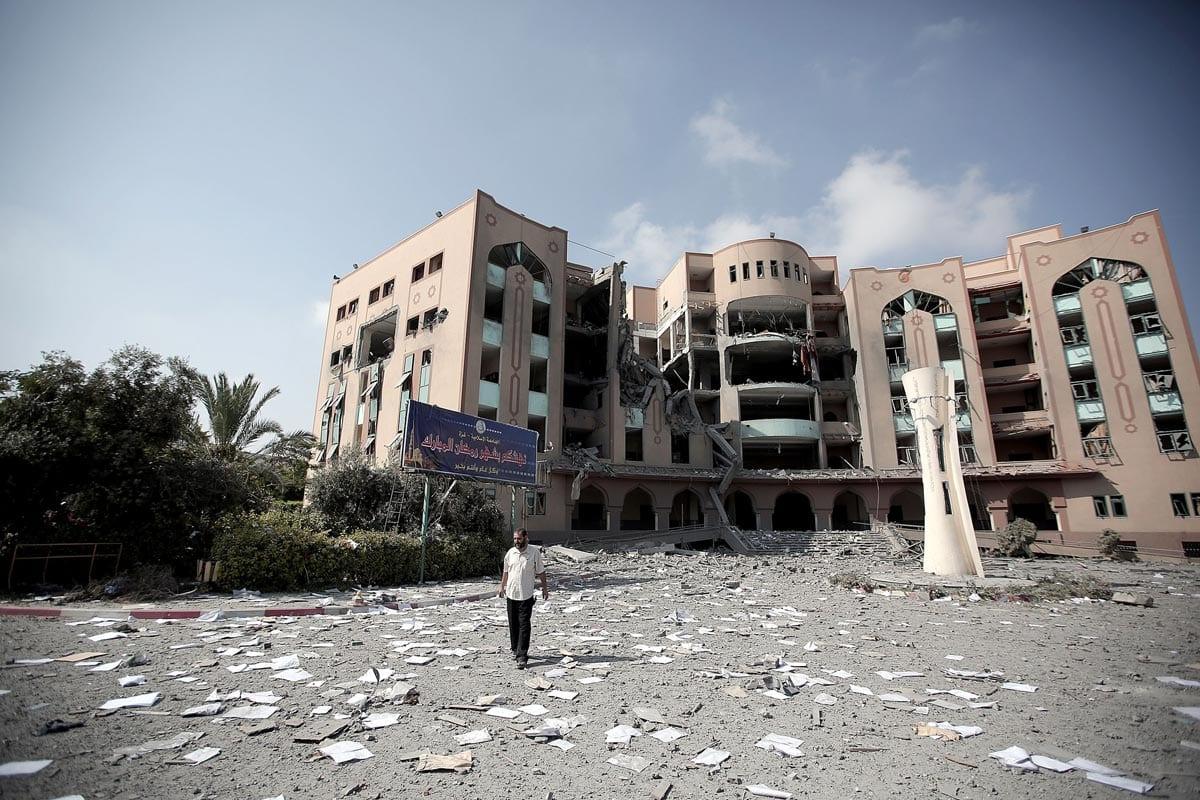 Universidade Islâmica de Gaza, danificada após bombardeio de aviões de guerra israelenses, na manhã de 2 de agosto de 2014 [Mustafa Hassona/Agência Anadolu]