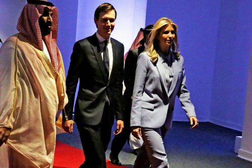 Mohammed bin Salman, príncipe herdeiro da Arábia Saudita (à esquerda); Jared Kushner, conselheiro e genro de Donald Trump (centro) e sua esposa Ivanka Trump [Press TV]