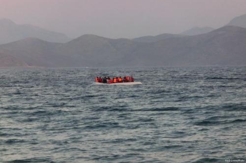 Barco de borracha carregando cerca de cinquenta migrantes e refugiados [Cruz Vermelha / Flickr]