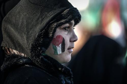 Menina com as cores da Palestina pintadas no rosto, durante protesto em Gaza, 11 de dezembro de 2016 [Ali Jadallah/Agência Anadolu]