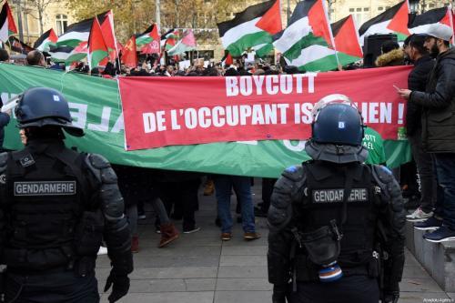 Manifestantes protestam contra o Presidente dos Estados Unidos Donald Trump e o Primeiro-Ministro de Israel Benjamin Netanyahu, a Place de la Republique, em Paris, França, 9 de dezembro de 2017 [Nedim/Agência Anadolu]