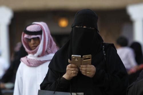 Uma mulher usando seu telefone em Riad, Arábia Saudita, em 13 de fevereiro de 2012 [REUTERS / Fahad Shadeed].