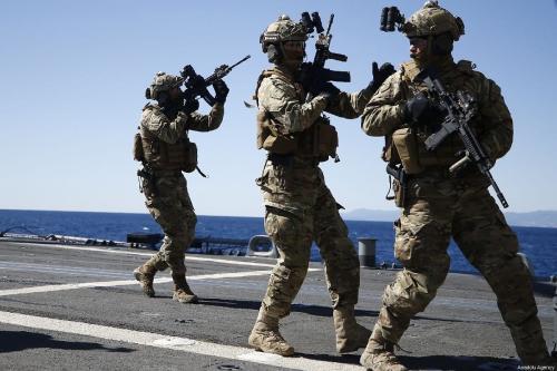 Unidade de operações especiais da Marinha da Turquia, embarcam no navio TCG Gaziantep, durante exercício naval 'Pátria Azul', em Antália, Turquia, 28 de fevereiro de 2019 [Mustafa Çiftçi/Agência Anadolu]
