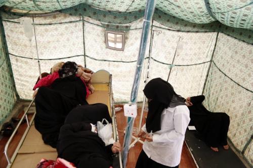 Pacientes recebem tratamento médico em um hospital de campo em Sana'a, Iêmen, 1° de abril de 2019 [Mohammed Hamoud/Agência Anadolu]