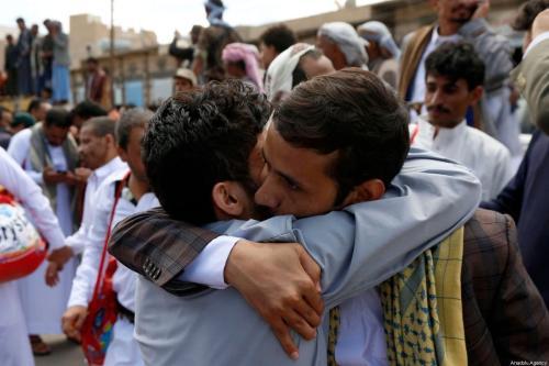 Pessoas cumprimentam parentes recém-libertados da Prisão Central, em Sanaa, capital do Iêmen, 30 de setembro de 2019 [Mohammed Hamoud/Agência Anadolu]
