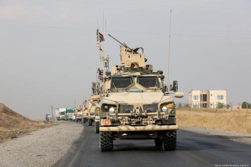 Um comboio militar de forças dos EUA ao longo da fronteira com a Síria em 21 de outubro de 2019 [Yunus Keleş / Agência Anadolu]