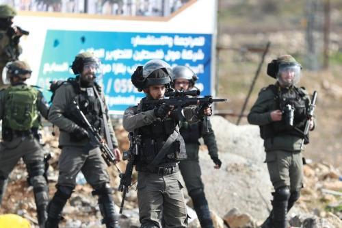 Armas israelenses sendo usadas na repressão a palestinos em Ramallah, Cisjordânia, em 30 de janeiro de 2020 [Issam Rimawi / Agência Anadolu]