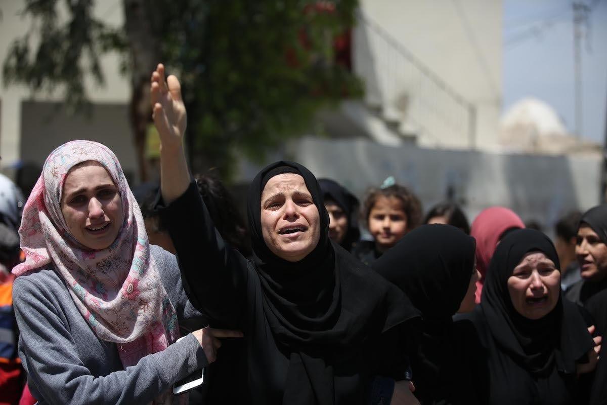 Parentes de Nur Jabir al-Bergushi (23), morto na prisão israelense do Negev, durante funeral na aldeia de Aboud, perto de Ramallah, Cisjordânia ocupada, 27 de abril de 2020 [Issam Rimawi/Agência Anadolu]