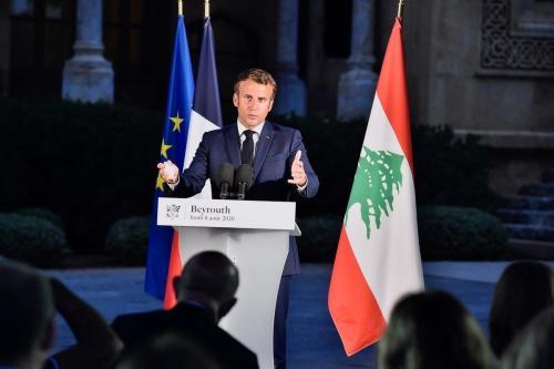 O presidente francês Emmanuel Macron na residência oficial do edifício da Embaixada da França em Beirute, Líbano em agosto 06, 2020 [Presidência Libanesa /Divulgação/ Agência Anadolu]