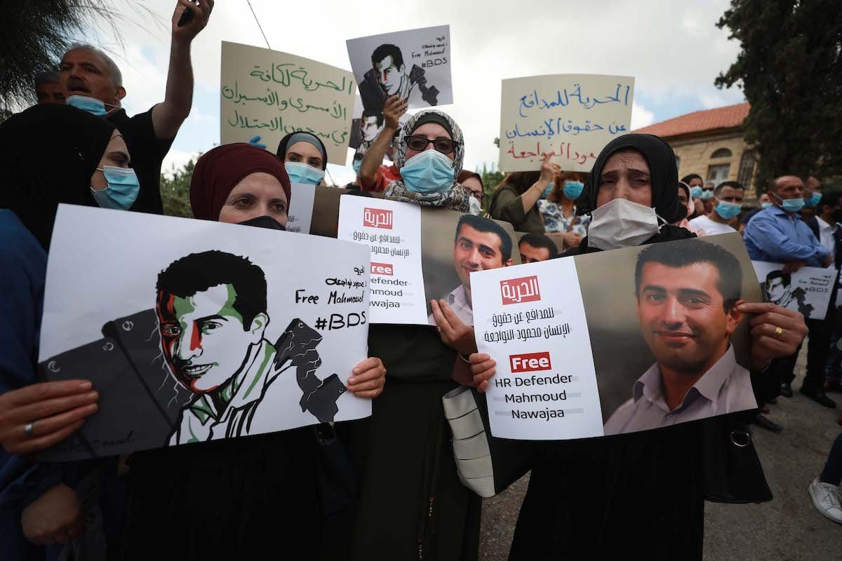 Manifestantes se reúne em frente ao Escritório de Representação da Alemanha para realizar um protesto exigindo a libertação do Coordenador Palestino do Movimento de Boicote, Desinvestimento e Sanções (BDS) Mahmoud Nawajaa, detido em Israel, em Ramallah, Cisjordânia em 11 de agosto de 2020. (İssam Rimawi - Agência Anadolu)