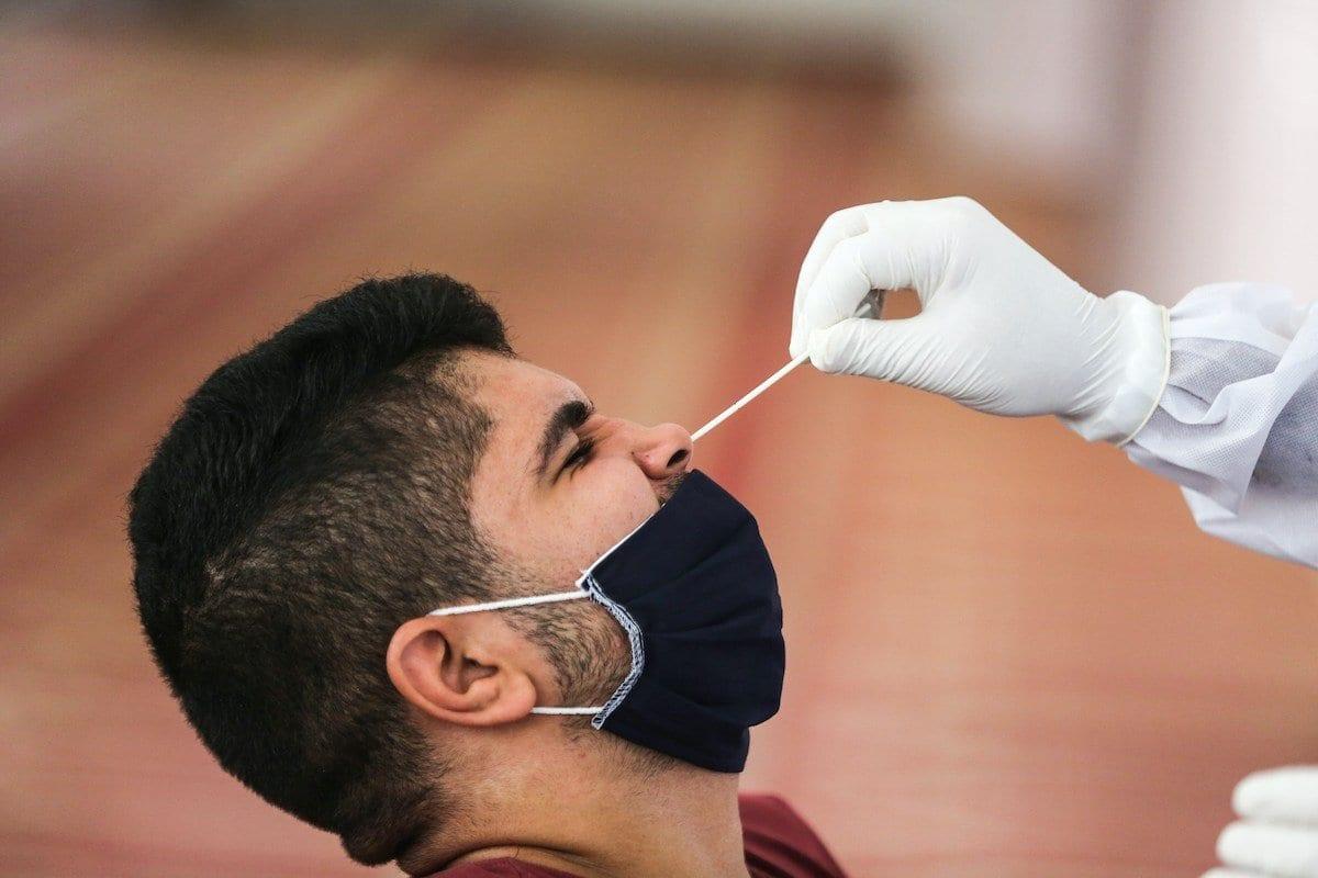 Agente do Ministério da Saúde Palestino coleta uma amostra nasal para um teste de reação ao coronavírus na cidade de Gaza, Gaza em 21 de setembro de 2020 [Ali Jadallah / Agência Anadolu]