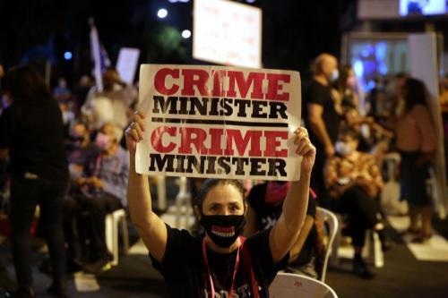 Manifestantes se reúnem em frente ao Gabinete do Primeiro Ministro para protestar contra o Primeiro Ministro israelense Benjamin Netanyahu em Jerusalém em 24 de setembro de 2020 [Daniel Bar On / Agência Anadolu]