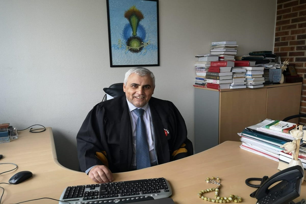 Advogado Khaled Al-Shuli em seu escritório [Foto arquivo pessoal]