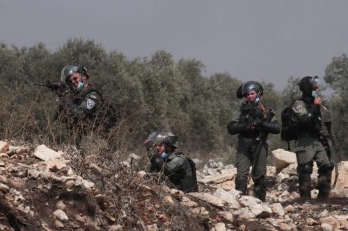 Forças israelenses atiram contra palestinos durante um protesto contra o assentamento ilegal de Israel em Nablus, Cisjordânia, em 11 de setembro de 2020 [Agência Nedal Eshtayah / Anadolu]