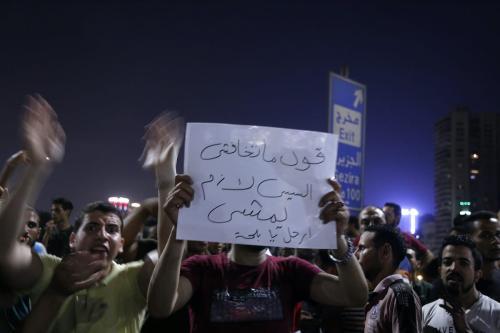 Manifestantes egípcios entoam palavras de ordem e exibem cartazes durante protesto pela deposição do Presidente Abdel Fattah el-Sisi, no centro do Cairo, capital do Egito, 20 de setembro de 2019 [STR/AFP/Getty Images]