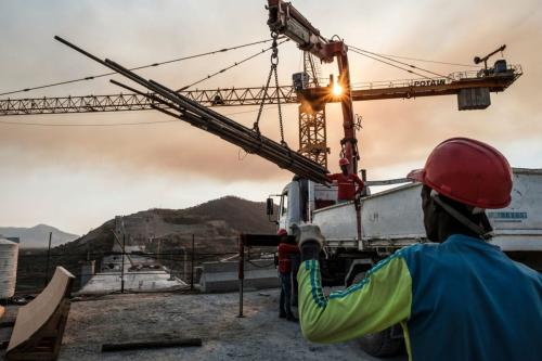 Operários trabalham na construção da Grande Represa do Renascimento da Etiópia, em 26 de dezembro de 2019 [Eduardo Soteras/AFP/Getty Images]
