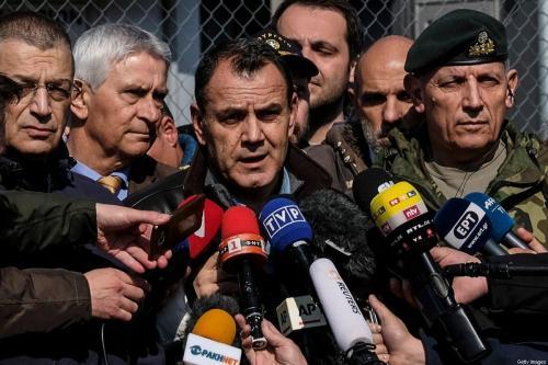 O ministro da Defesa grego, Nikos Panagiotopoulos, responde a perguntas de repórteres em 1º de março de 2020 em Kastanies, Turquia [Byron Smith / Getty Images]