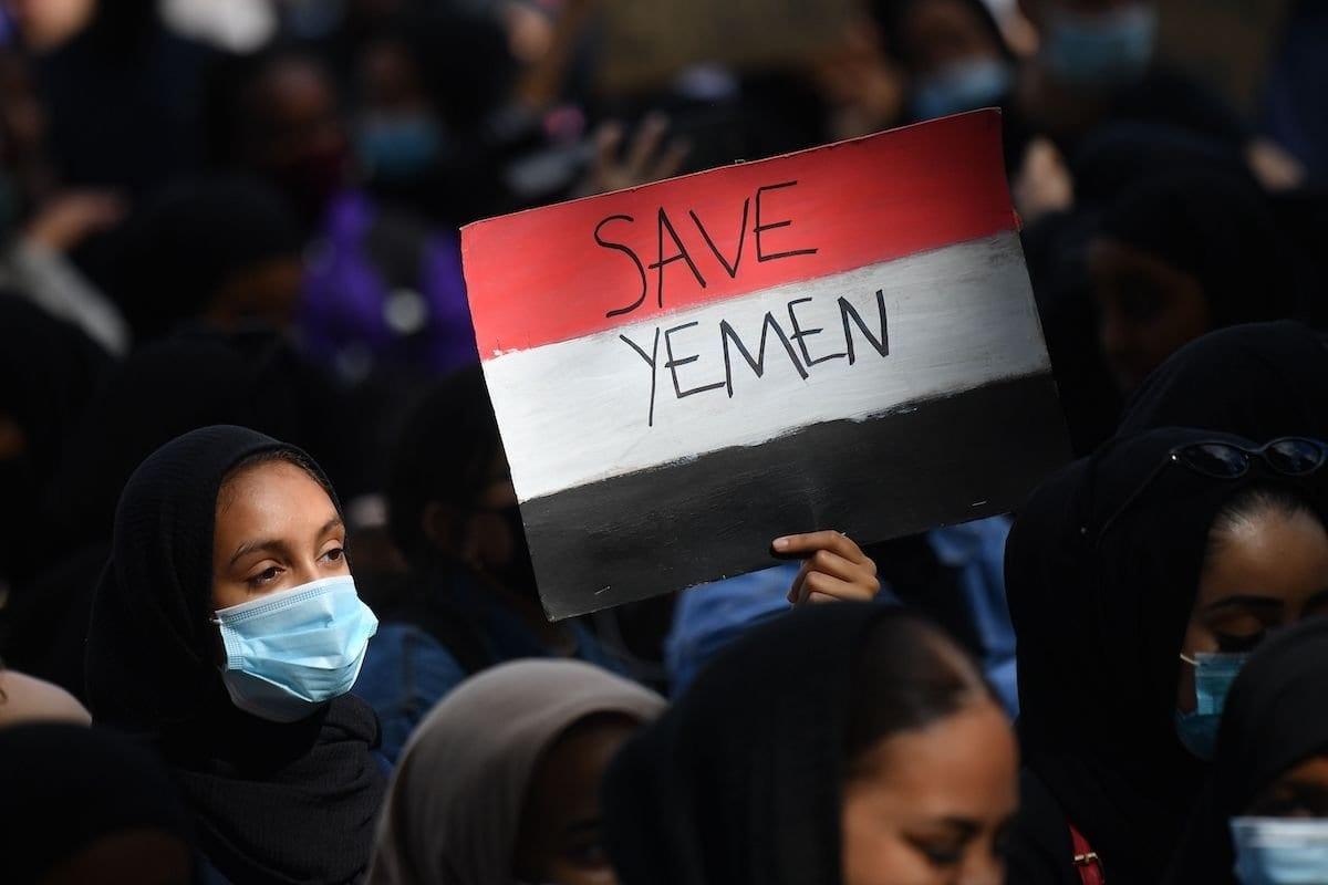 Manifestante segura um cartaz com as cores da bandeira iemenita, durante protesto contra a guerra no Iêmen, na Praça do Parlamento, em Londres, Reino Unido, 5 de julho de 2020 [Justin Tallis/AFP/Getty Images]