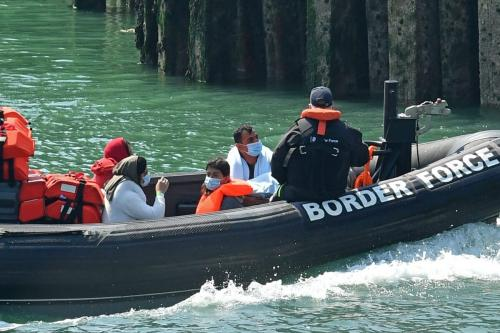 Bote da patrulha de fronteira leva um grupo de refugiados, possivelmente resgatados de barcos no Canal da Mancha, para o porto de Dover, Inglaterra, 9 de agosto de 2020 [Glyn Kirk/AFP/Getty Images]