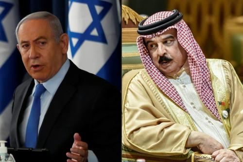 Primeiro-Ministro de Israel Benjamin Netanyahu (à esquerda) preside a reunião semanal de gabinete, em Jerusalém, 28 de junho de 2020. Rei do Bahrein Hamad bin Isa Al Khalifa (à direita) durante 40ª cúpula do Conselho de Cooperação do Golfo (CCG), em Riad, capital da Arábia Saudita, 10 de dezembro de 2019 [Ronen Zvulun, Fayez Nureldine/AFP/Getty Images]