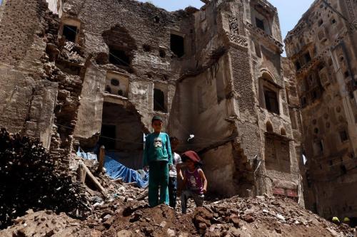 Crianças sobre os escombros de um edifício histórico, após desabamento parcial devido a fortes tempestades, na Cidade Velha de Sana'a, patrimônio da Unesco no Iêmen, 13 de agosto de 2020 [Mohammed Hamoud/Getty Images]