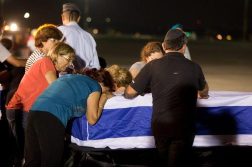Parentes velam o caixão de um dos cinco israelenses mortos durante atentado terrorista contra um ônibus turístico em Burgas, Bulgária, durante cerimônia no Aeroporto Internacional de Ben-Gurion, perto de Tel Aviv, 20 de julho de 2012 [Uriel Sinai/Getty Images]