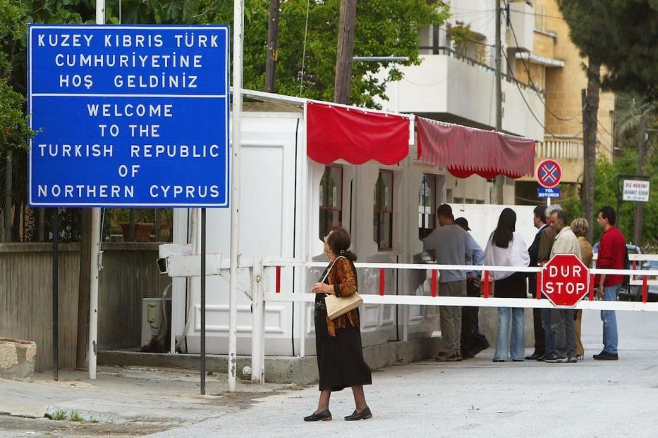 Cidadãos solicitam visto para entrar na República Turca do Norte do Chipre, na zona neutra da ONU, em Nicósia, Chipre, 24 de abril de 2004 [Scott Barbour/Getty Images]