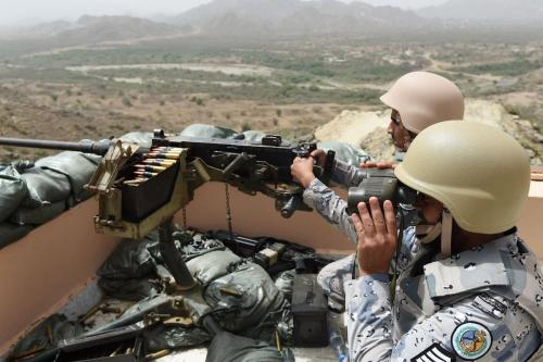 Membros da guarda de fronteira saudita estacionados em um mirante na fronteira saudita-iemenita, no sudoeste da Arábia Saudita, em 9 de abril de 2015. [Fayez Nureldine/ AFP via Getty Images]
