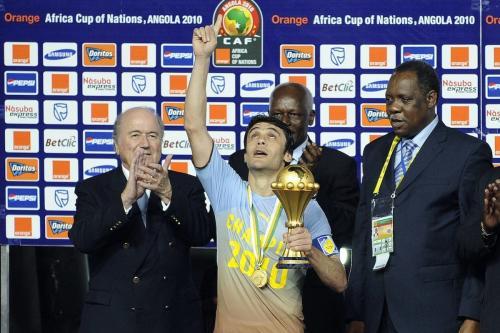 Kamel Ahmed Hassan (centro), capitão da seleção do Egito, recebe o troféu do Campeonato Africano das Nações, após vencer a final contra Gana, em Luanda, Angola, 31 de janeiro de 2010 [Gianluigi Guercia/AFP/Getty Images]