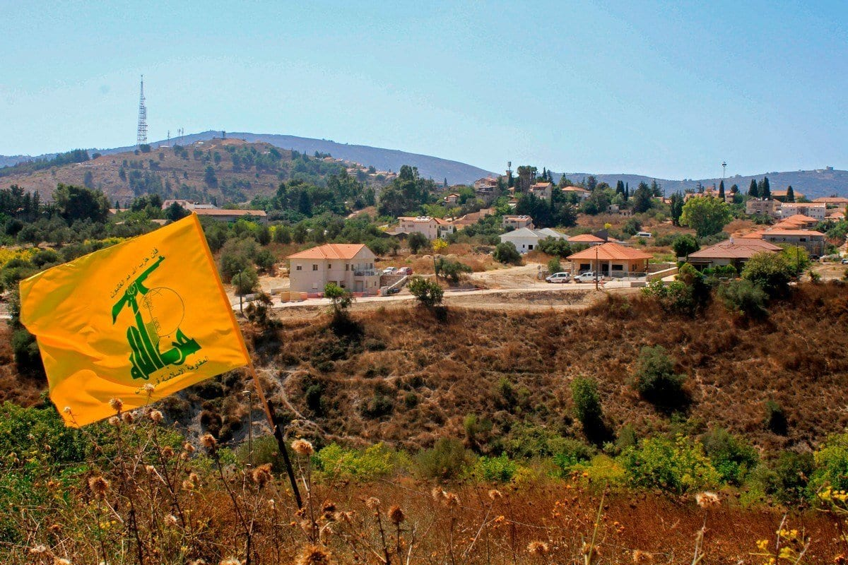 Uma bandeira do Hezbollah tremula no Líbano, 02 de setembro de 2019 [MAHMOUD ZAYYAT / AFP / Getty Images].