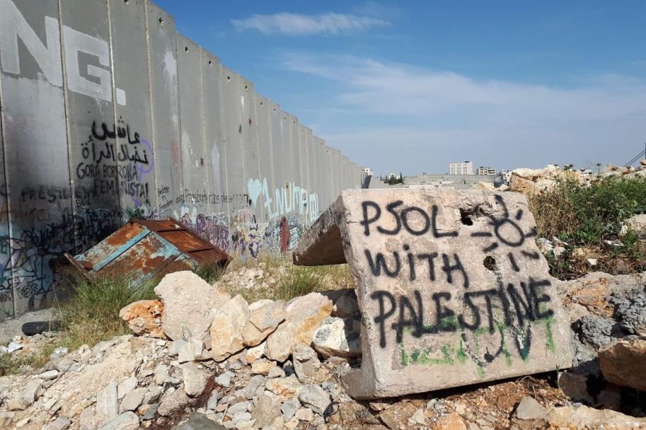 """Mensagem deixada por dirigentes do PSOL em visita a Palestina em 2018 em frente ao muro construído por Israel """" PSOL com Palestina"""" [Foto arquivo pessoal]"""