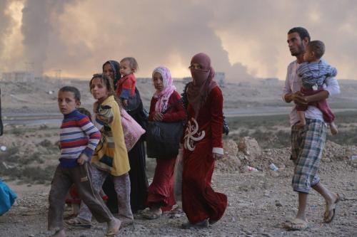 Refugiados iraquianos chegando à cidade de Al Qayyarah no Iraque, em 18 de outubro de 2016 [Agência Feriq Fereç / Anadolu]