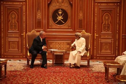 Primeiro-Ministro de Israel Benjamin Netanyahu em reunião com o Sultão de Omã Qaboos bin Said, durante visita diplomática oficial ao país árabe, em 25 de outubro de 2018 [Gabinete do Premiê de Israel/Twitter]