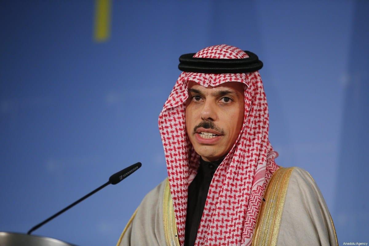 Ministro das Relações Exteriores da Arábia Saudita, Príncipe Faisal bin Farhan Al Saud, em Berlim, Alemanha, em 21 de fevereiro de 2020 [Abdulhamid Hoşbaş / Agência Anadolu]